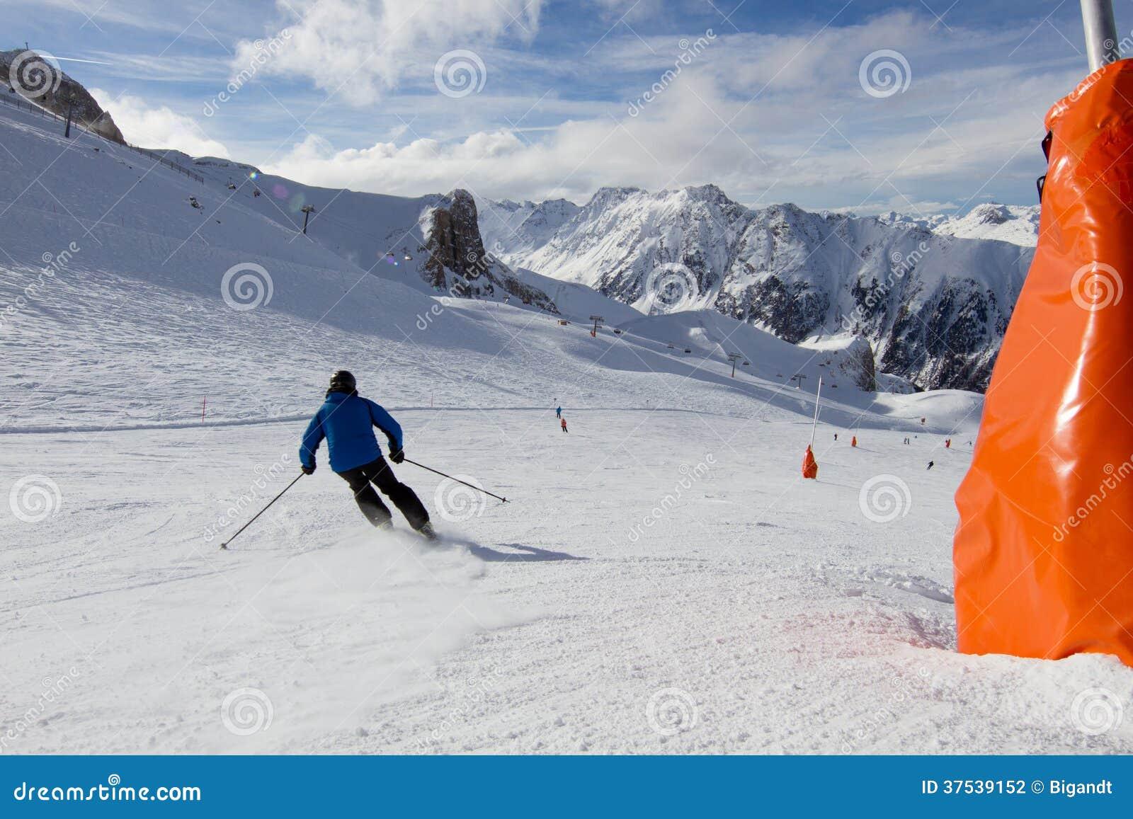 Esquiador na inclinação do esqui