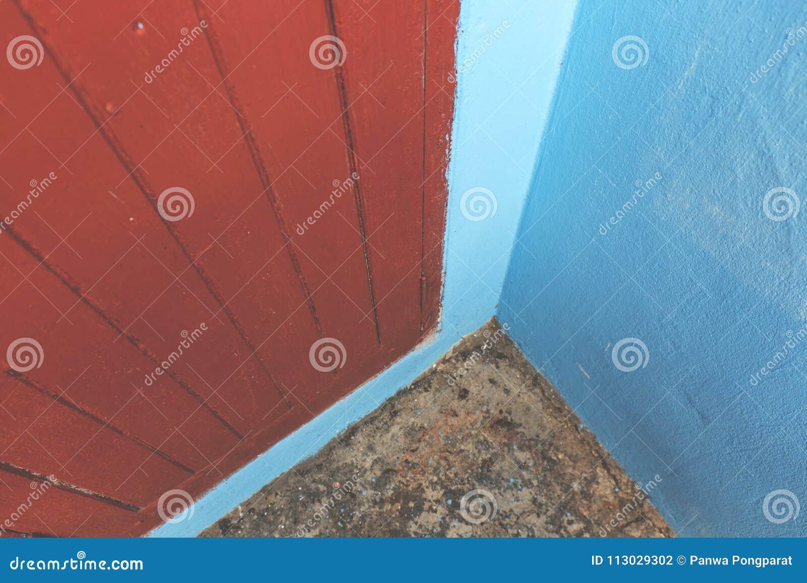 Esquina al aire libre azul y puerta roja