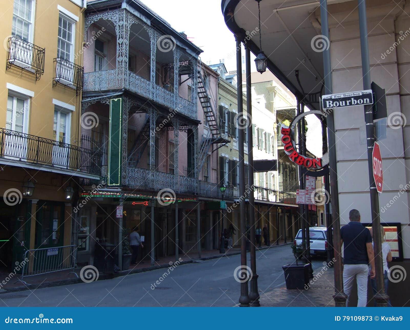 Esquina de Borbón y de la calle de Iberville - barrio francés en New Orleans