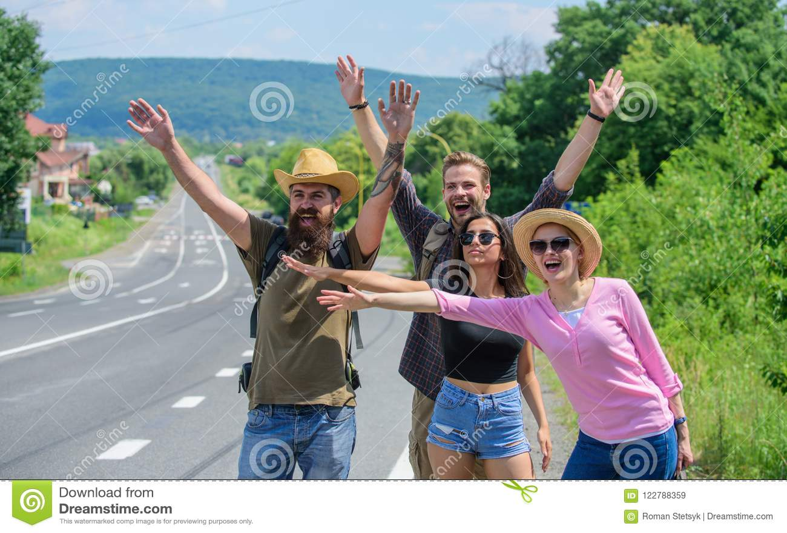 Essai de voyageurs pour arrêter la voiture Jour ensoleillé de déplacement d été d auto-stoppeurs d amis Voyageurs d amis de socié