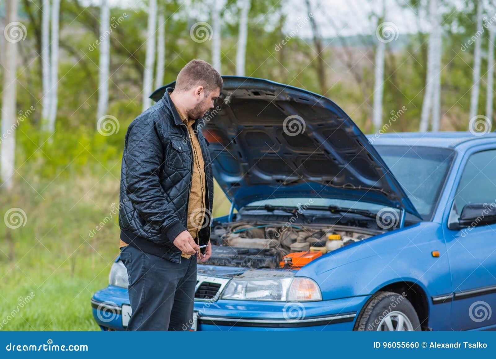 Essais alarmés de conducteur pour réparer la voiture