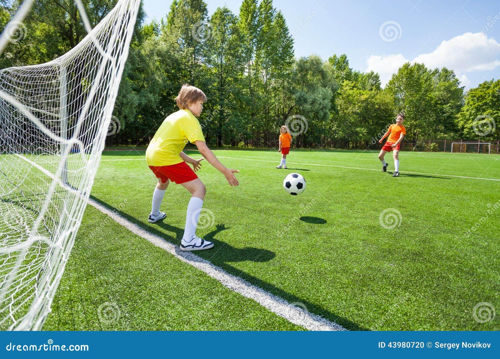 Essais de gardien de but pour attraper le football jeté