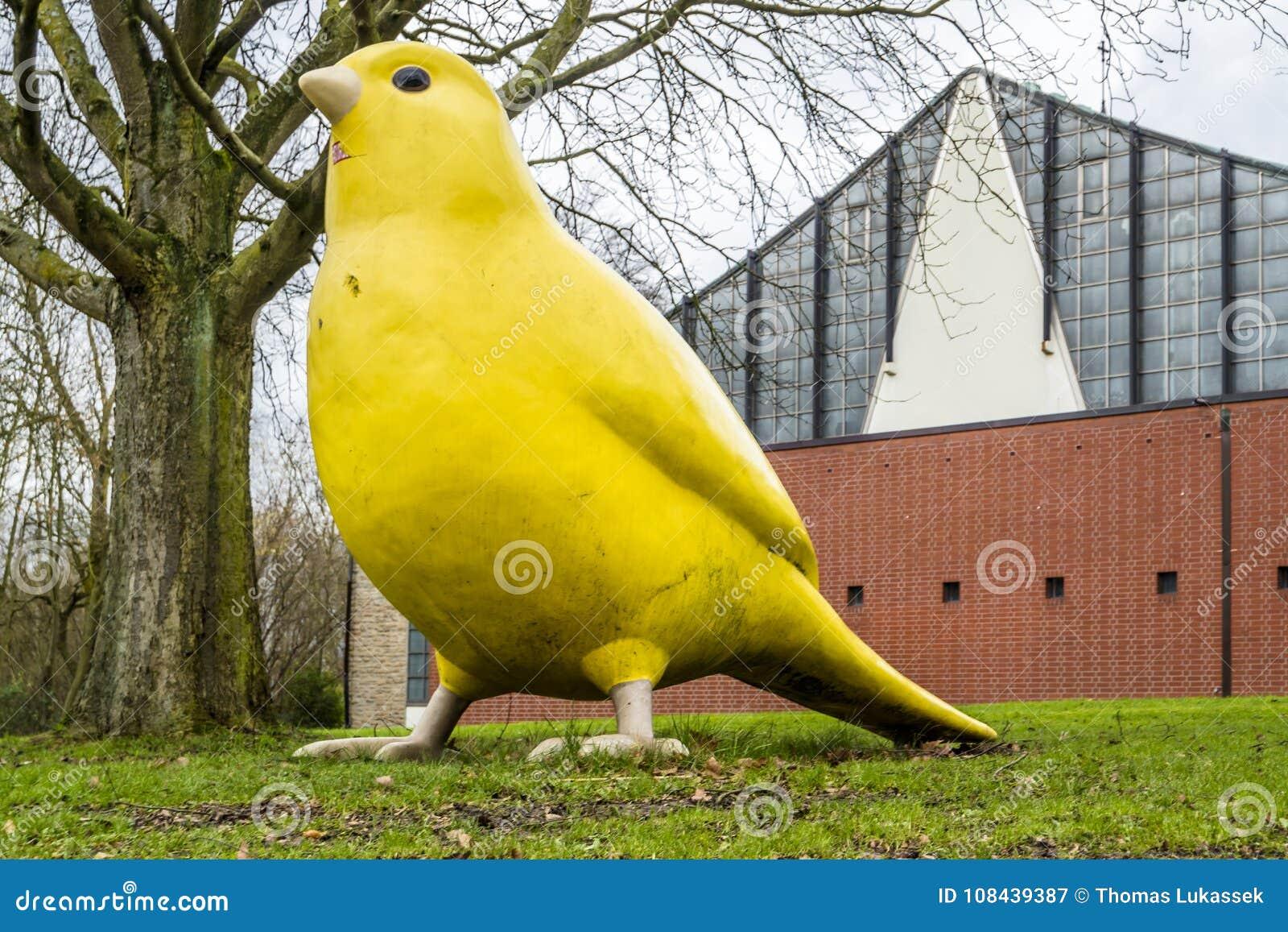 Essen, Allemagne - 24 janvier 2018 : L oiseau jaune canari par des architectes d Ulrich Wiedermann et de Hummert indique la maniè