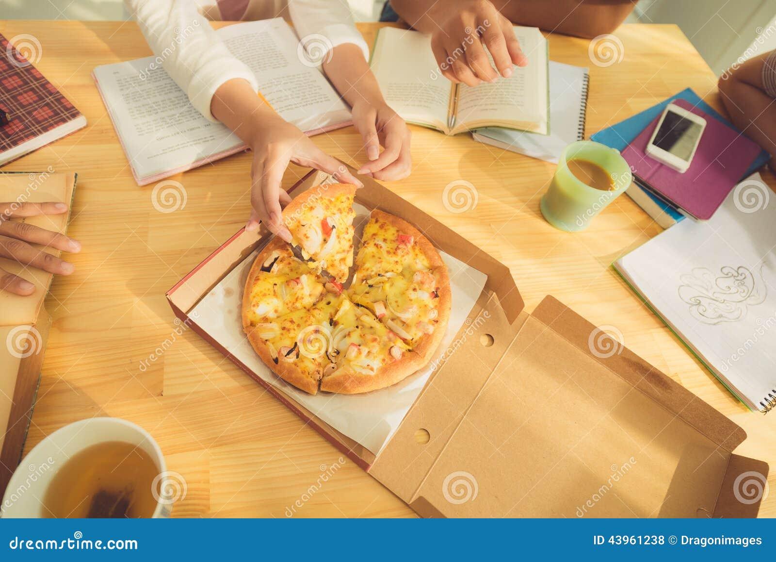 Essen der Pizza