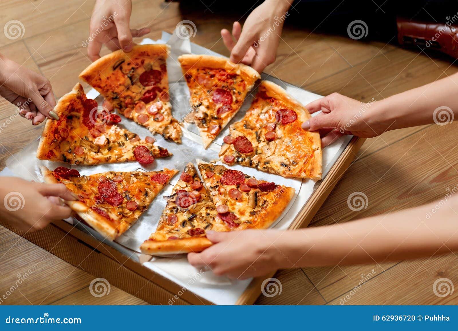 Essen der Pizza Gruppe Freunde, die Pizza teilen Schnellimbiß, Freizeit