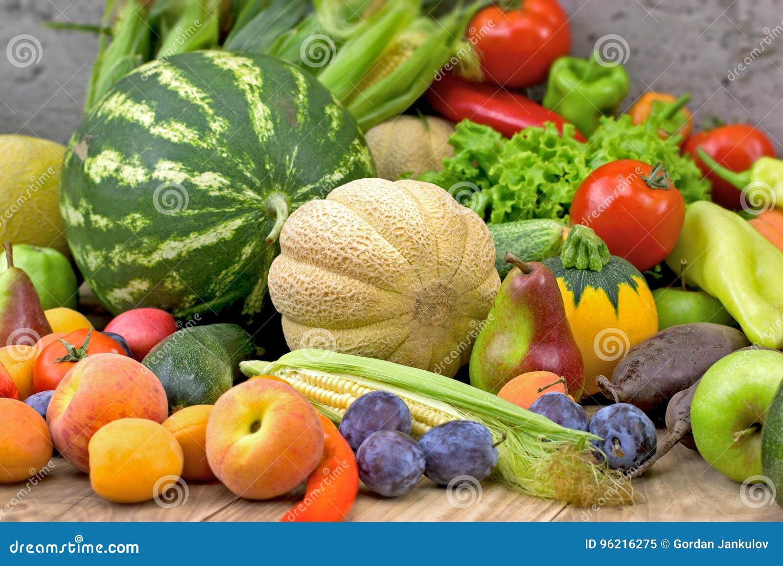 Essen Des Gesunden Lebensmittels Der Diat Mit Frischem Organischem