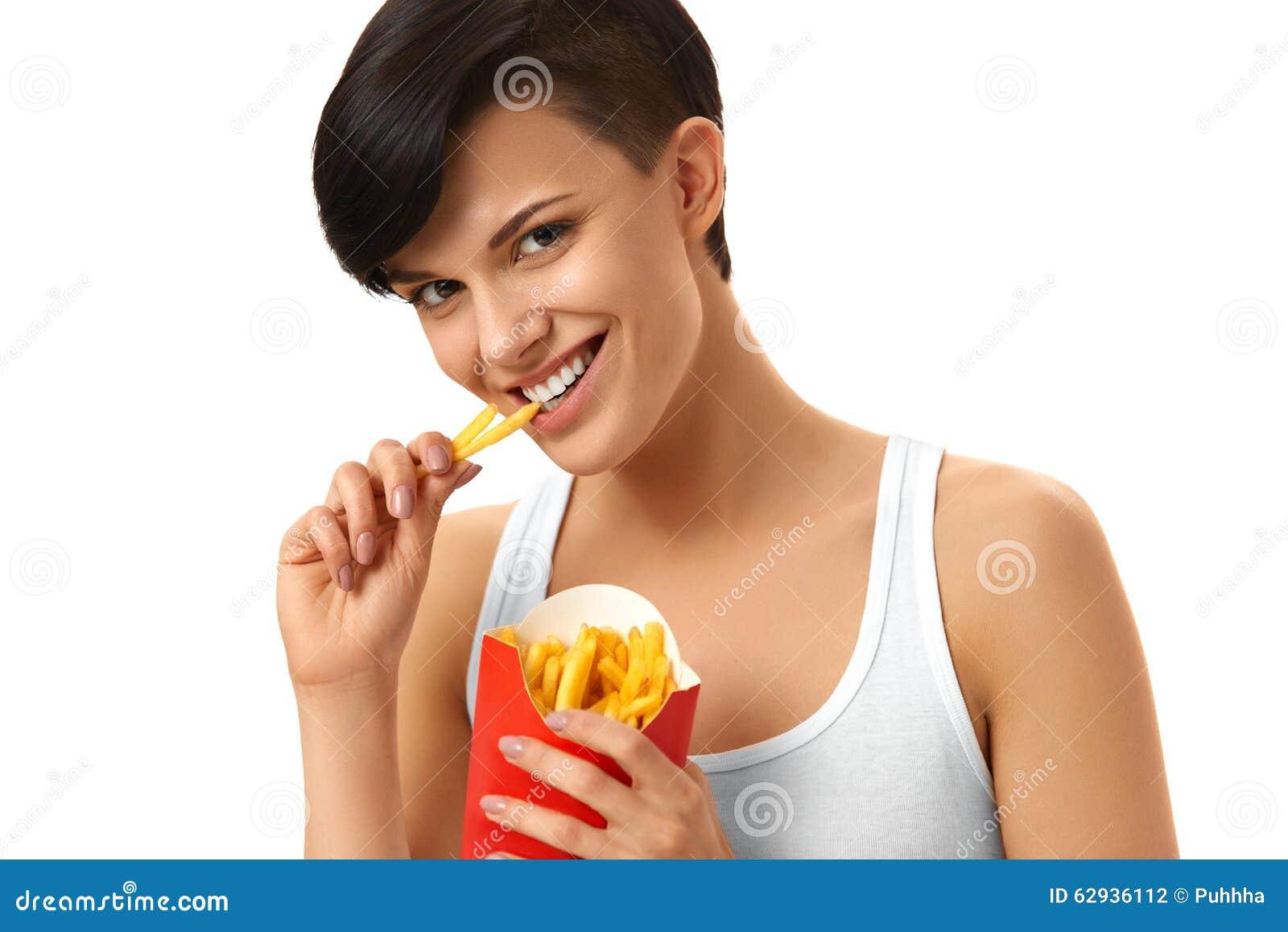 Essen des Schnellimbisses Mädchen, das Pommes-Frites isst nahrung lebensstil