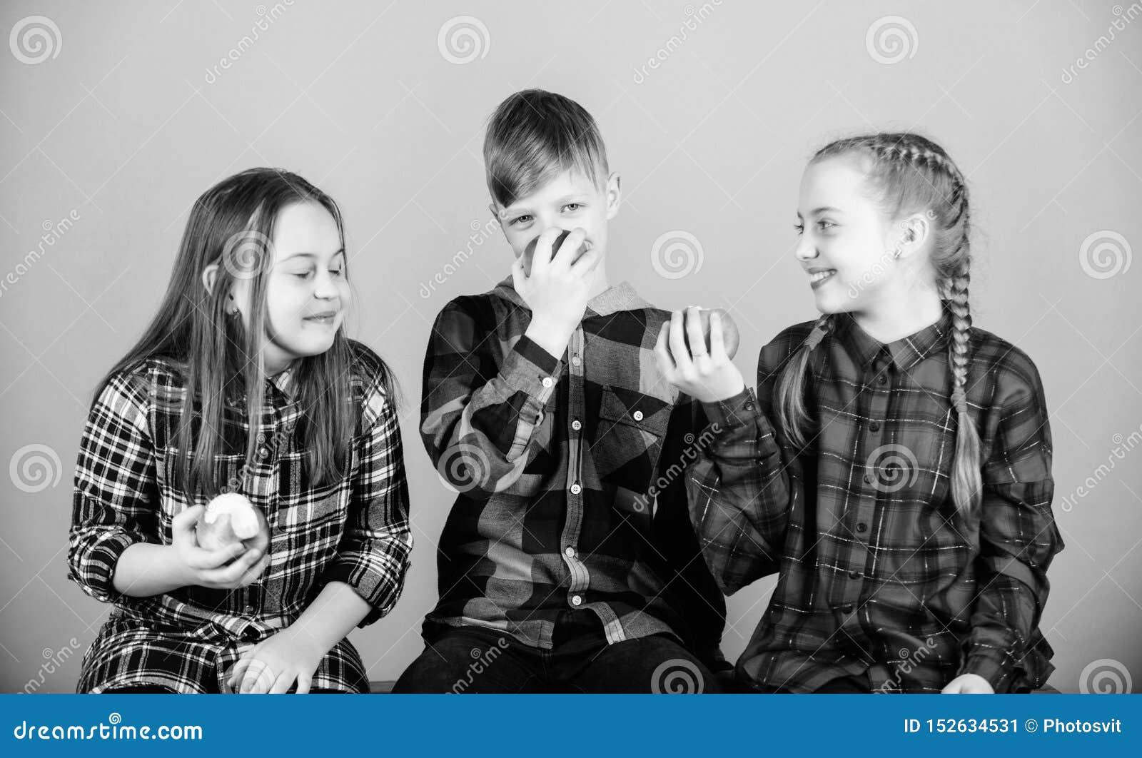 Essen organisch f?r ein neueres und ges?nderes Leben Kleine Kinder genie?en, nat?rliche organische Fr?chte zu essen Kleine Kinder