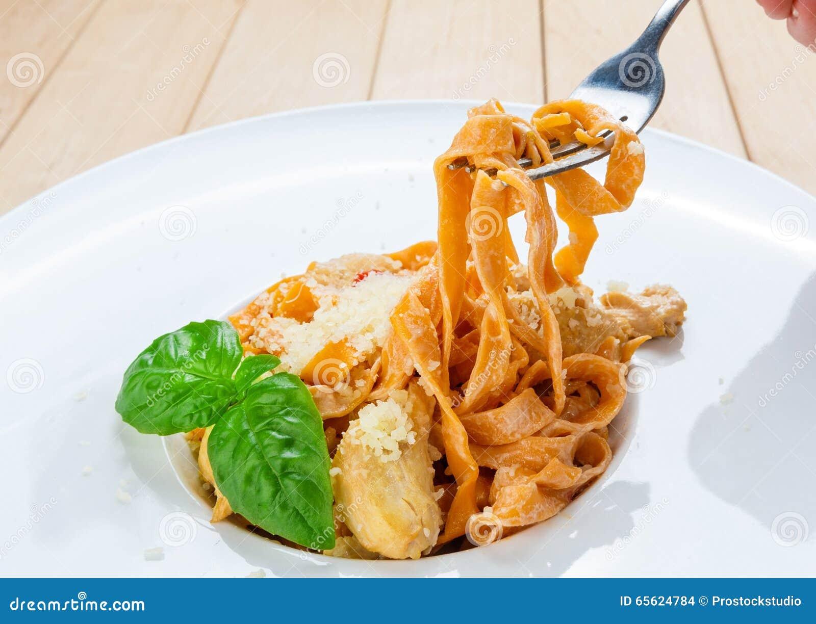 Essen Von Traditionellen Italienischen Teigwaren Mit Gabel Stockfoto ...