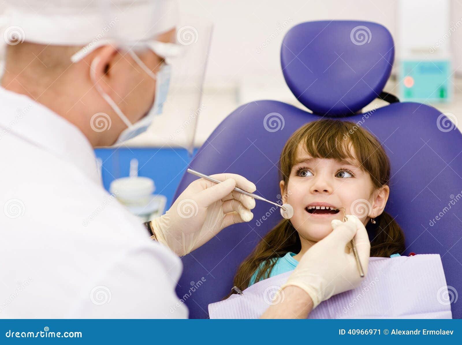 Essere dato d esame dentario alla bambina dal dentista