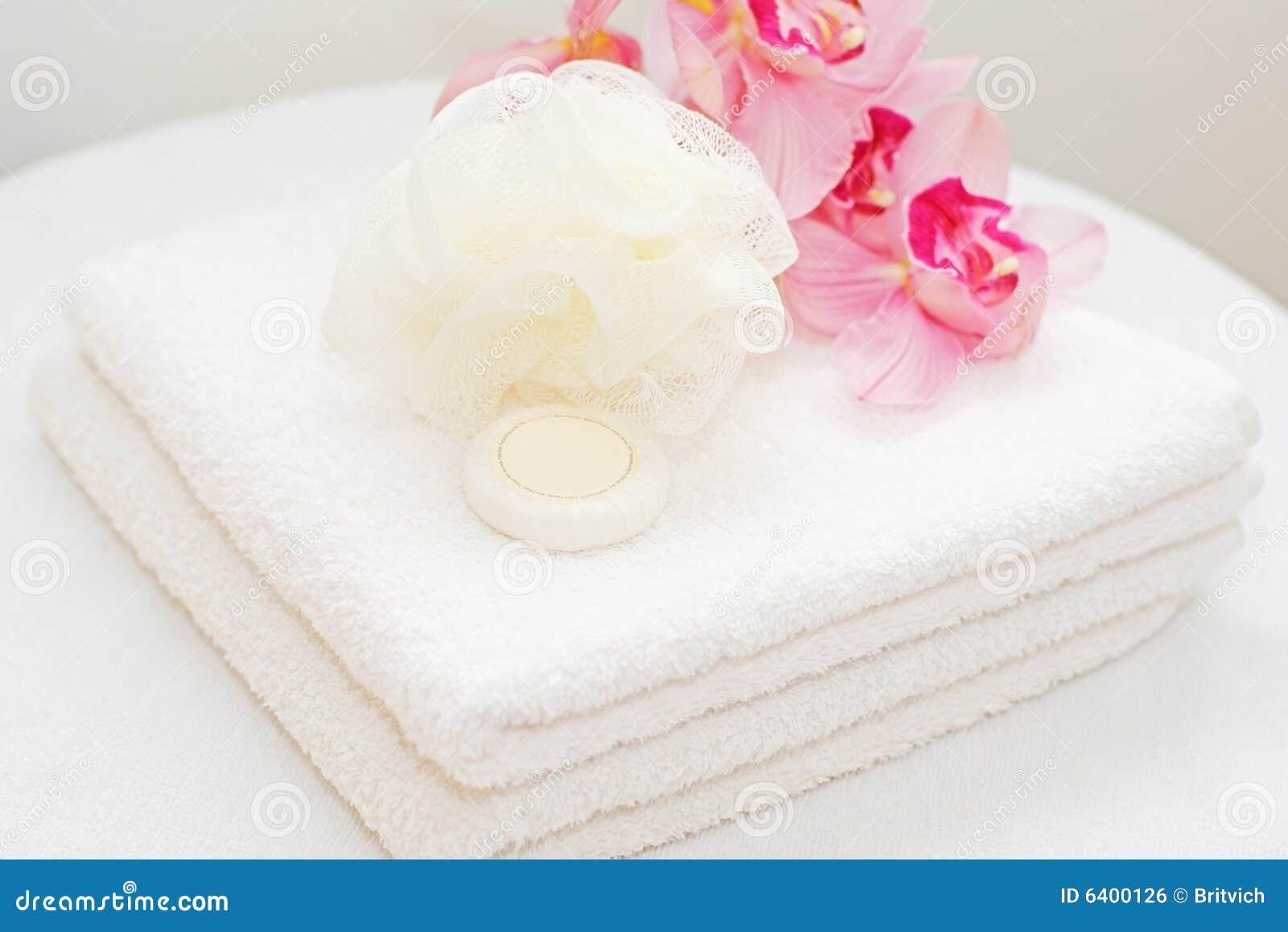 Essuie-main blancs avec des orchidées