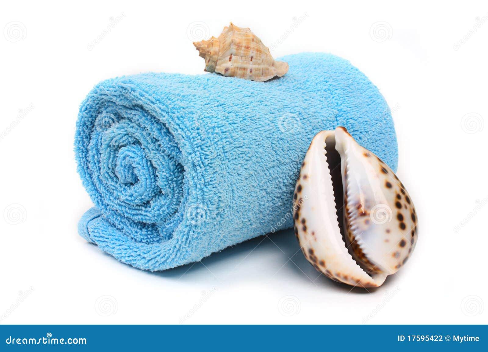 Essuie-main de plage bleu avec des seashells