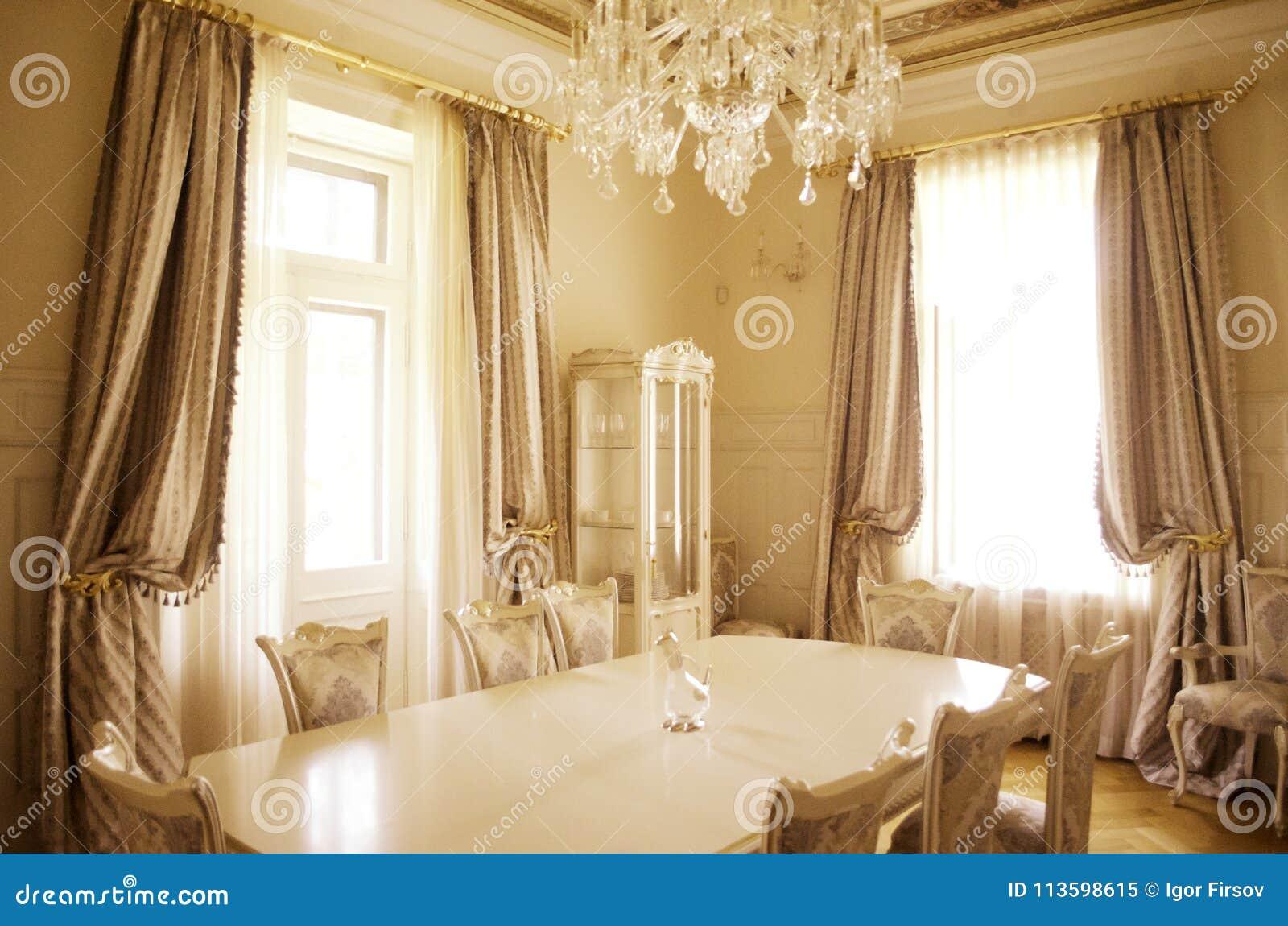 Esszimmer mit Luxusmöbeln und décor