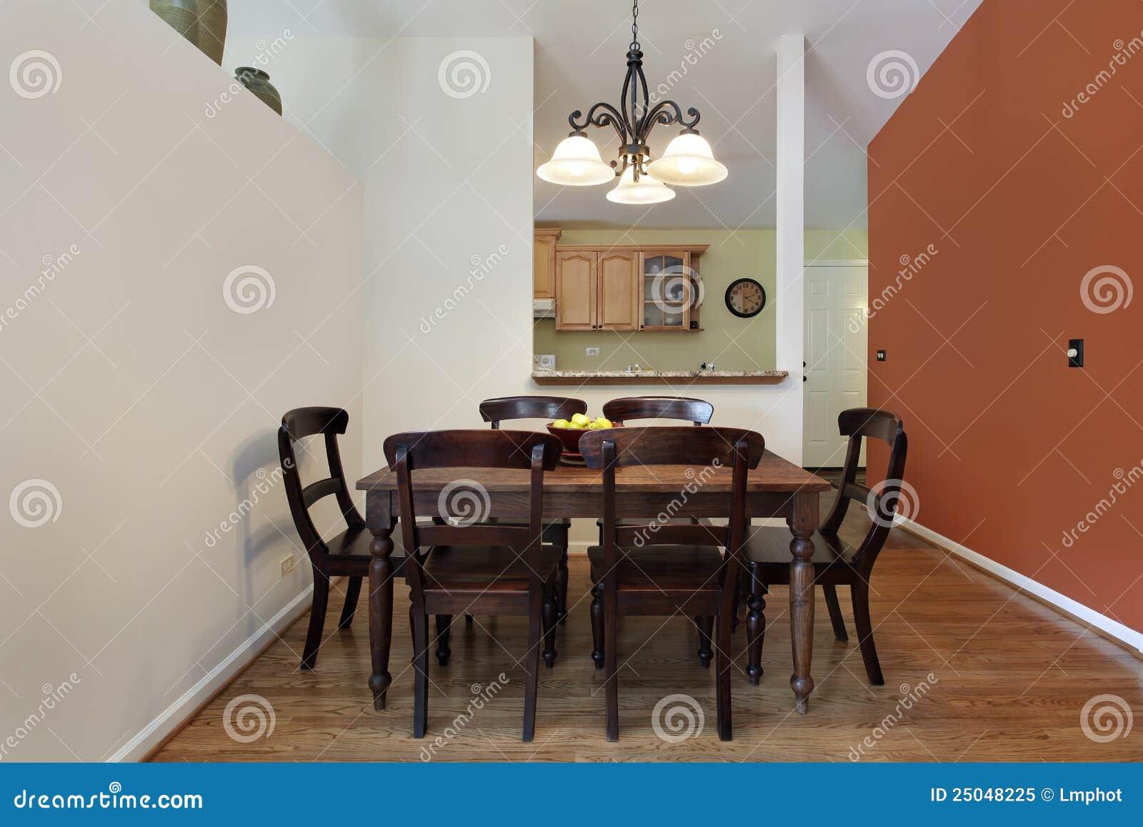 Download Esszimmer Mit Orange Wand Stockbild. Bild Von Familie   25048225
