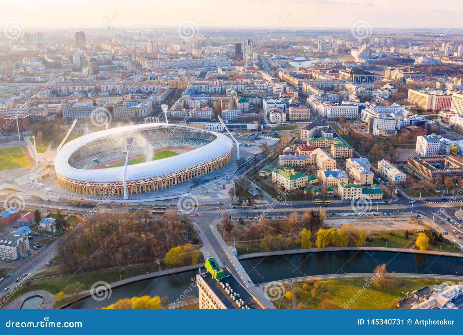 Estádio Dinamo dos esportes cercado pelo rio e pelas construções