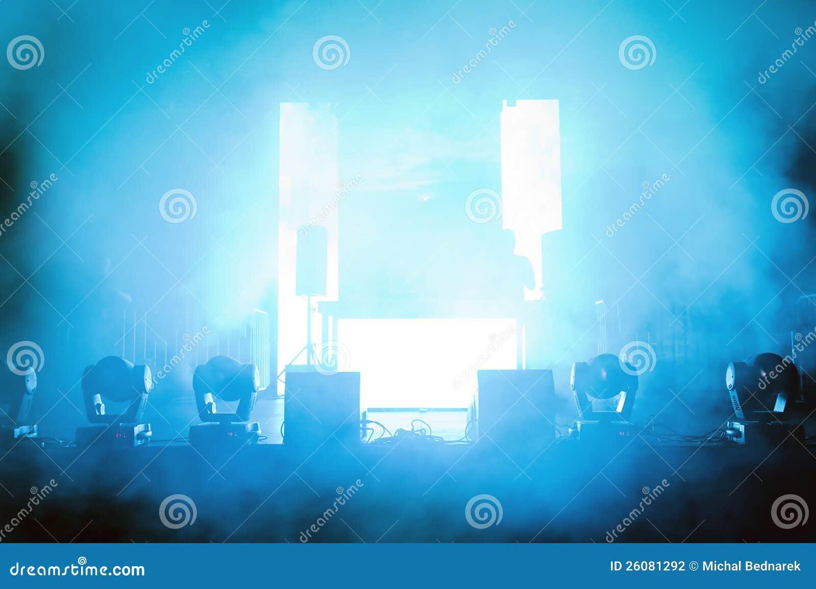 Estágio vazio do concerto na luz