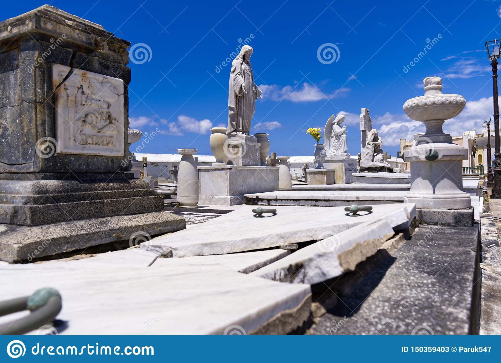 Estátua com sepultura quebrada