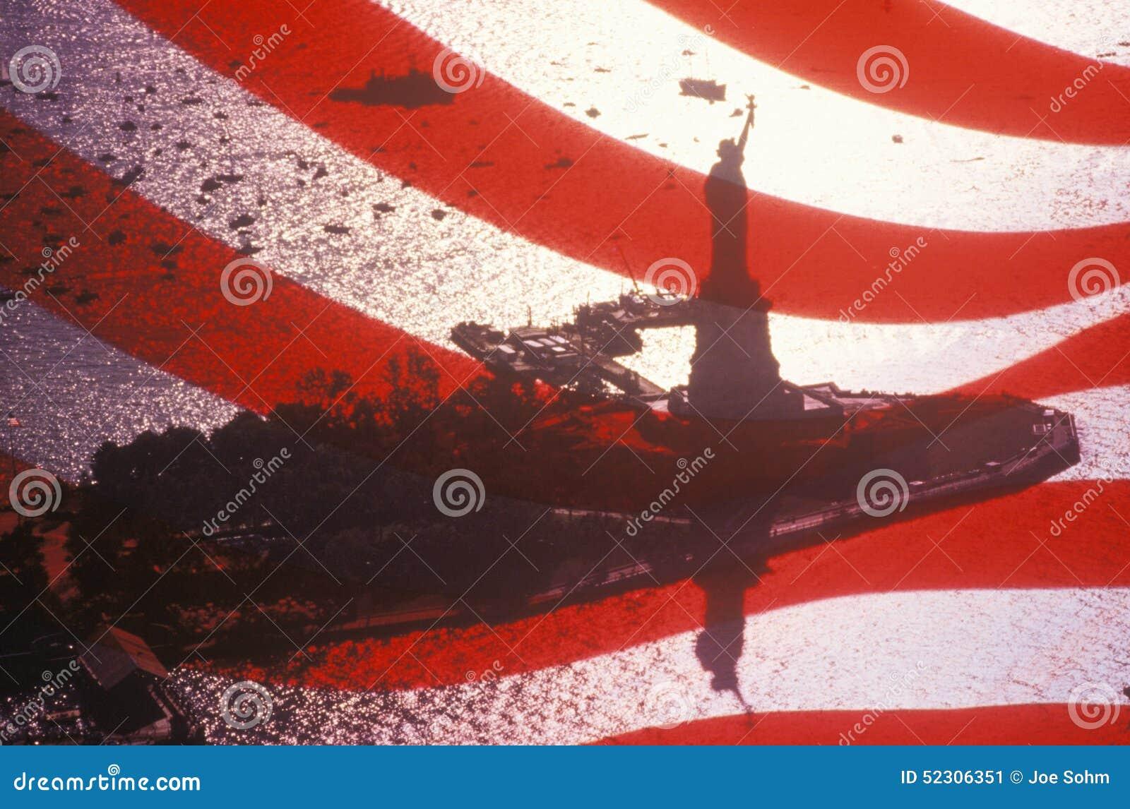 Estátua da bandeira de Liberty Seen Through An American, New York City, New York