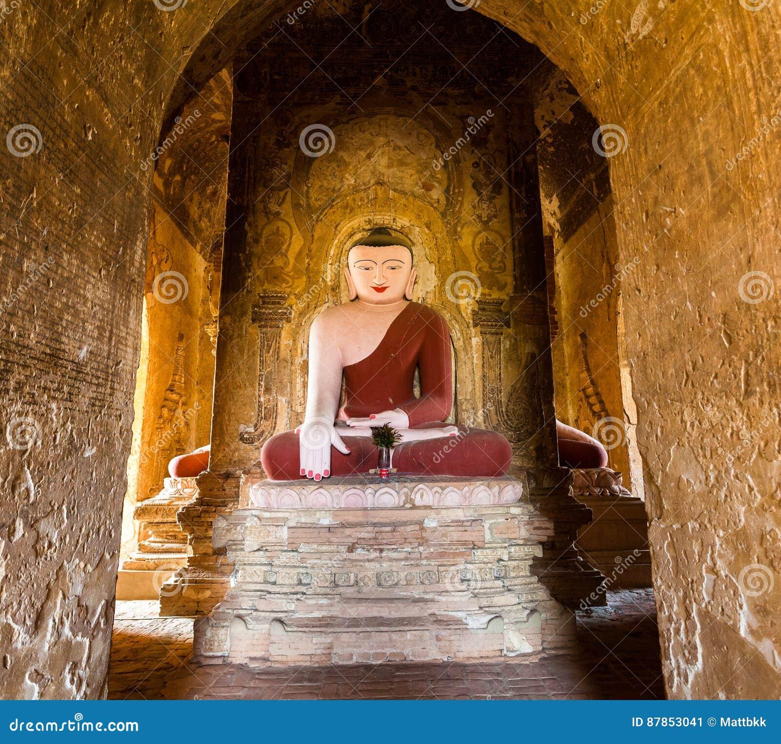 Estátua da Buda no pagode em Bagan, Myanmar