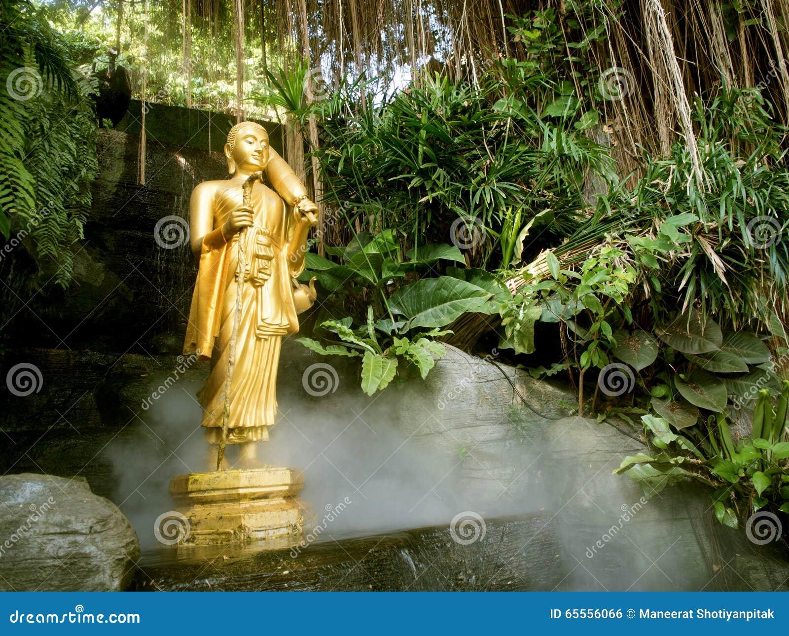 Estátua da Buda no templo dourado da montagem em Banguecoque, Tailândia