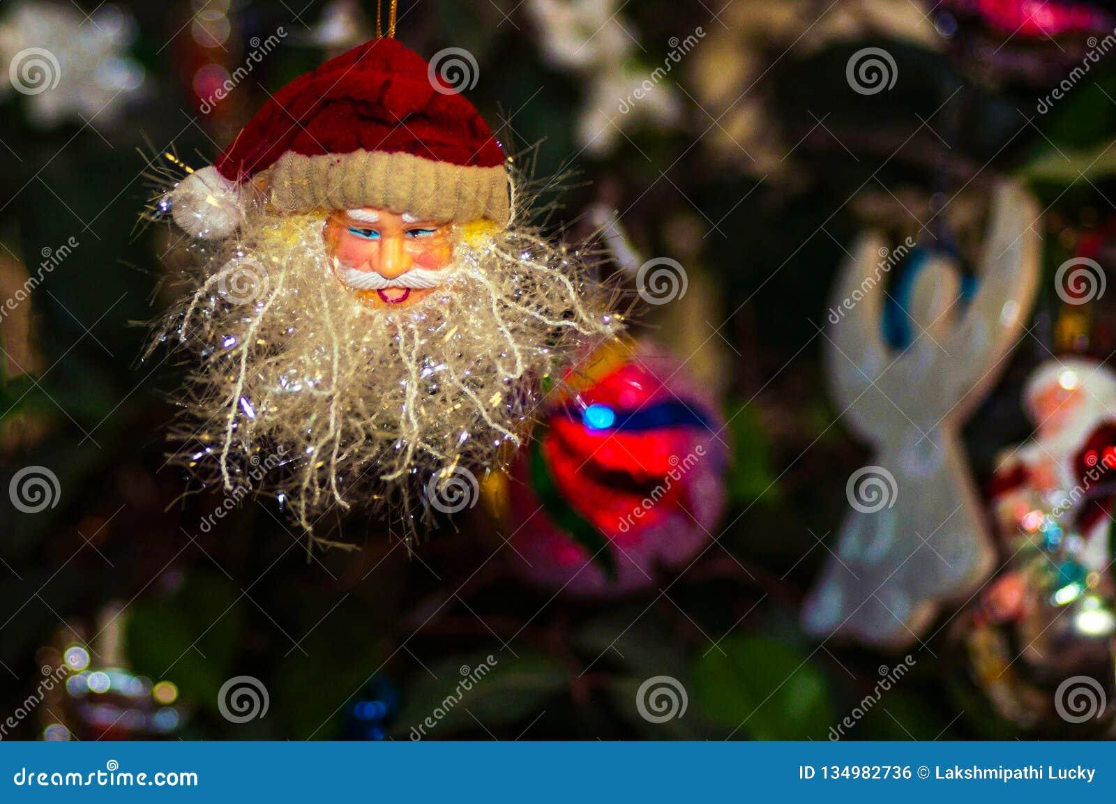 Estátua da decoração das bonecas do Natal de Santa que ilumina o fundo isolado close up