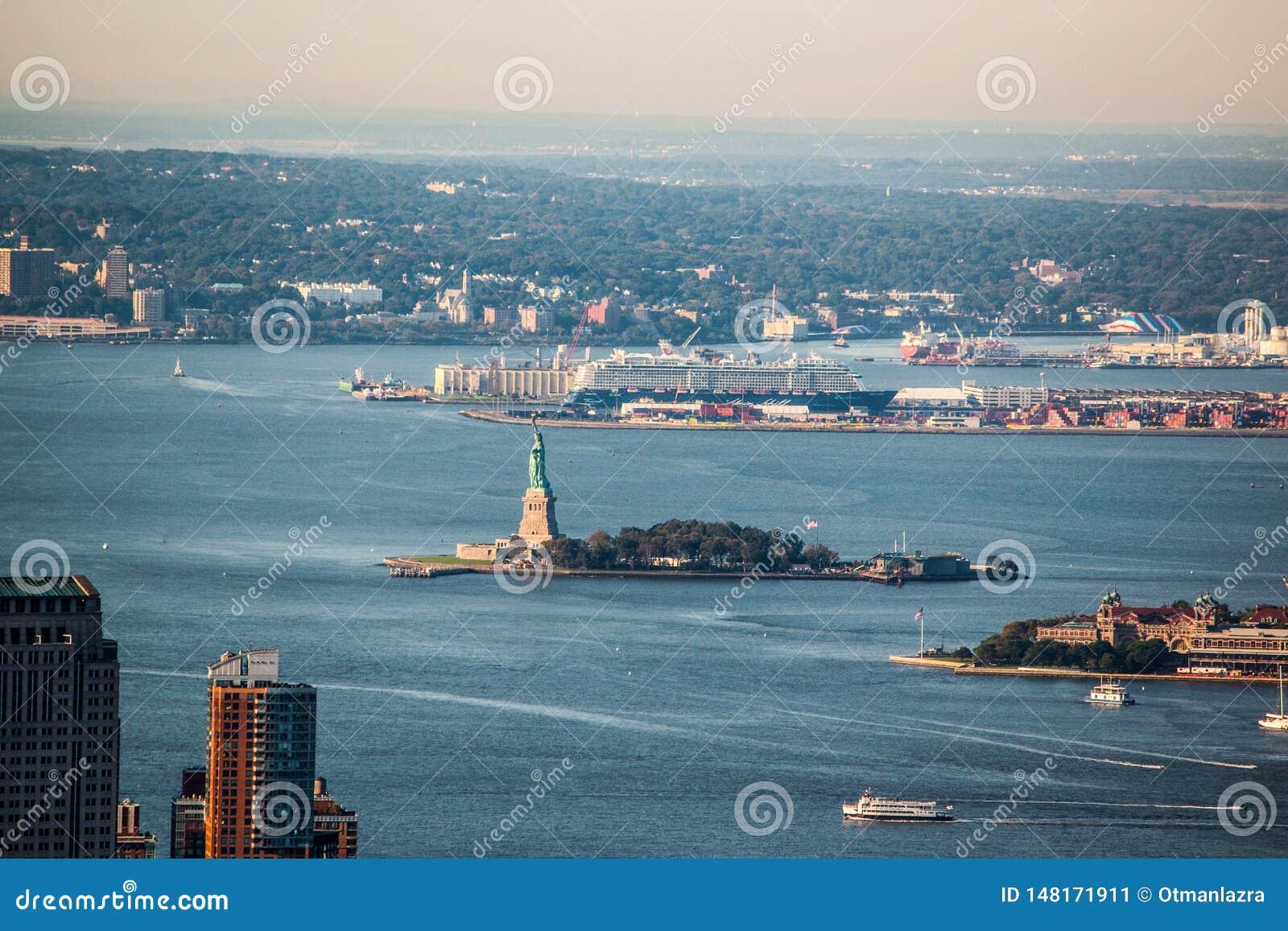 Estátua da liberdade vista da plataforma de observação do Empire State Building