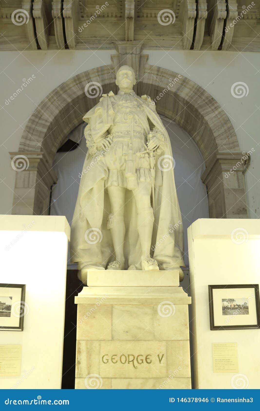 A estátua da pose estando de George V fez com mármore branco