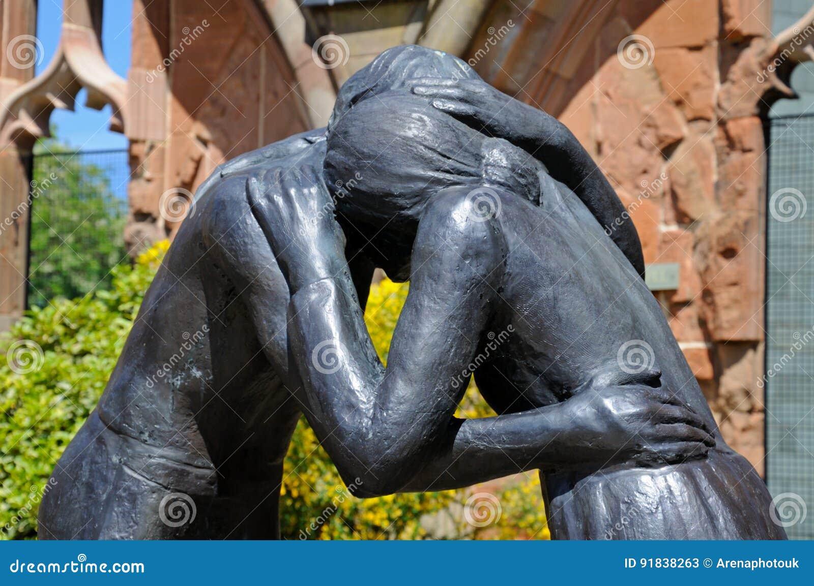 Estátua da reconciliação na catedral de Coventry