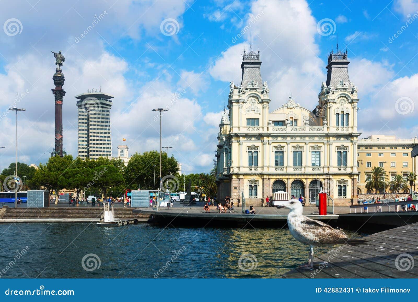 Estátua de Columbo e porto de Barcelona