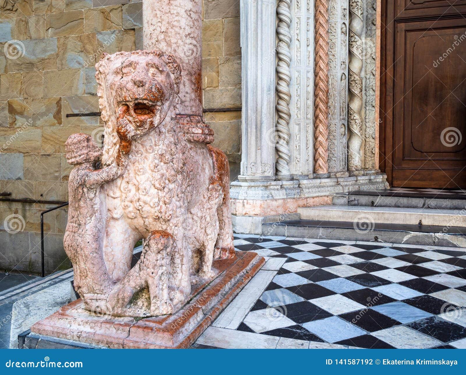 Estátua de Giovanni Da Campione Porch em Bergamo