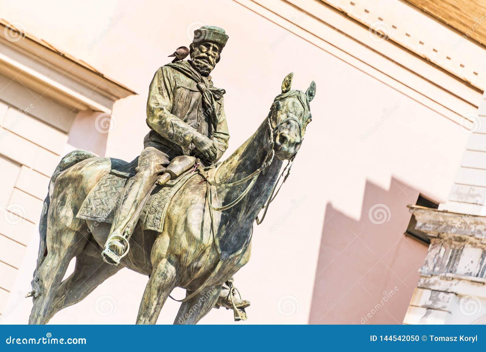 A estátua de Giuseppe Garibaldi no cavalo, Genoa Piazza de Ferrari, no centro de Genoa, Liguria, Itália [t