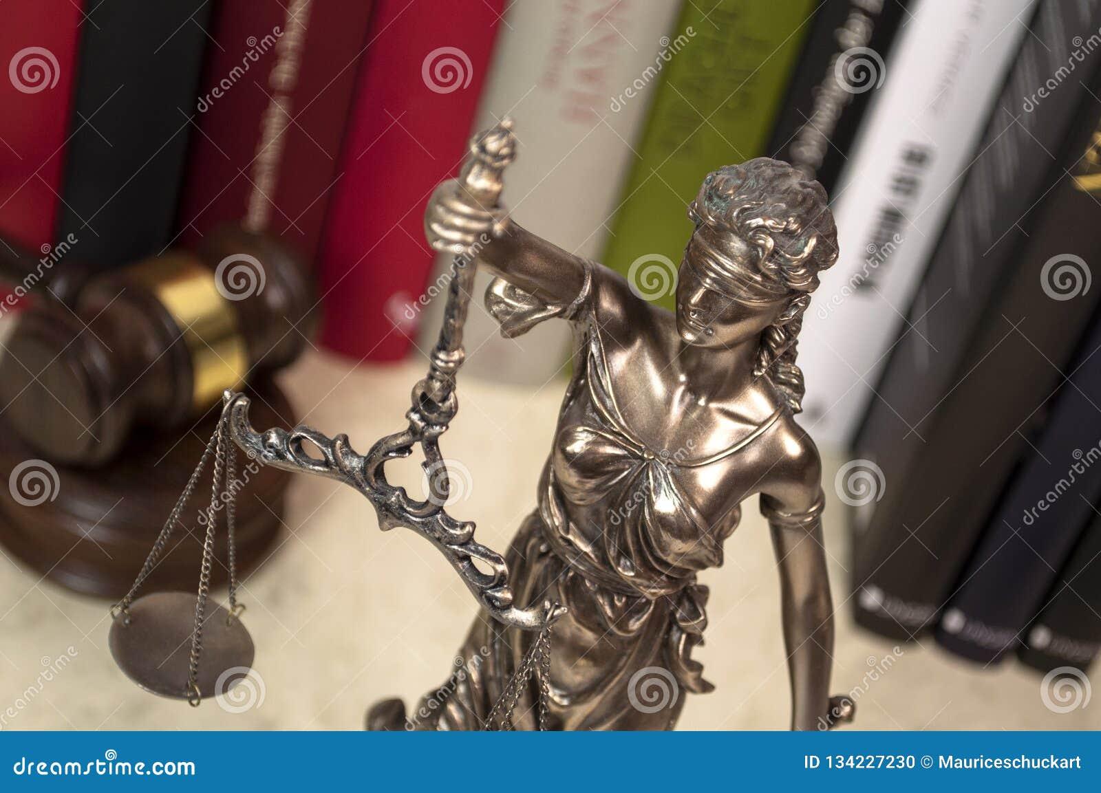 Estátua de justiça em uma mesa