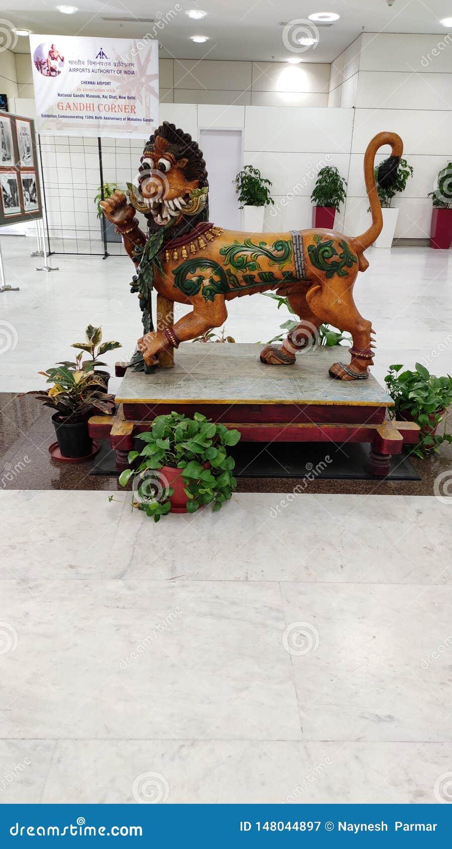 Estátua de madeira do leão no aeroporto de chennai