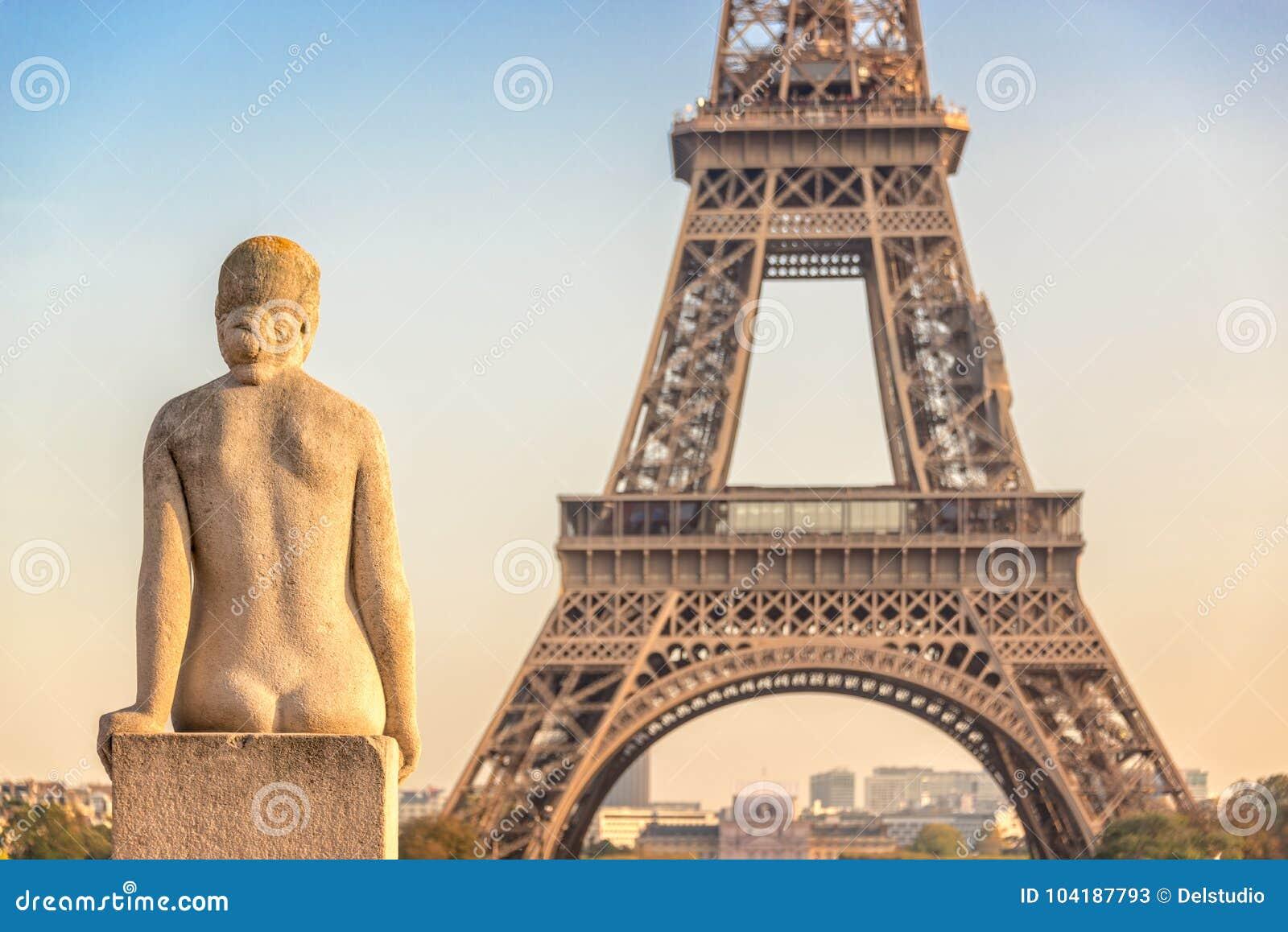 Estátua de pedra no jardim de Trocadero, torre Eiffel da mulher, Paris França
