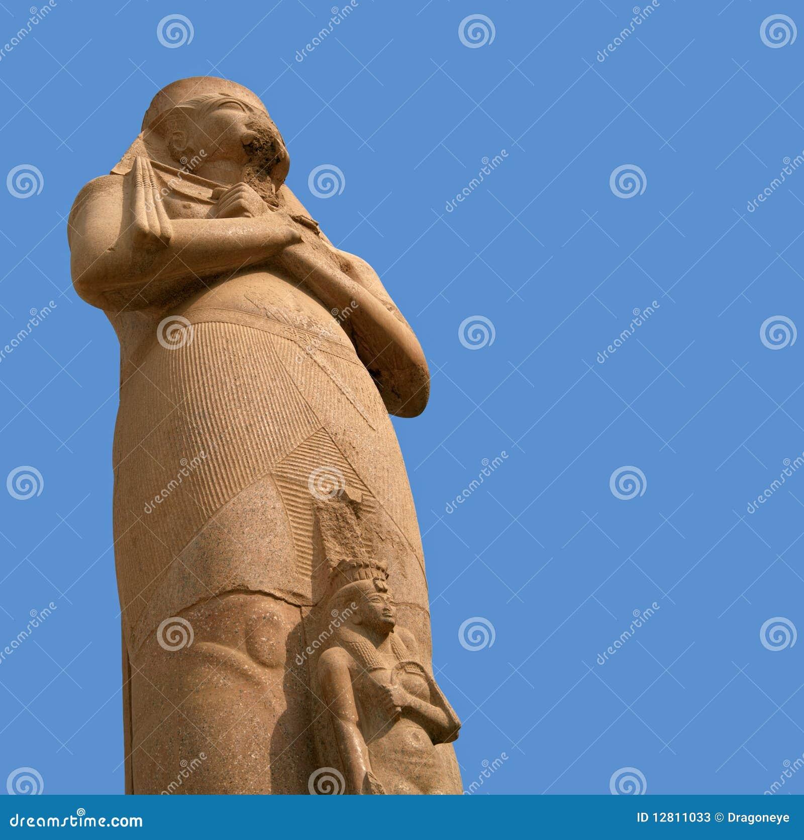 Estátua de Ramesses II sobre o céu azul