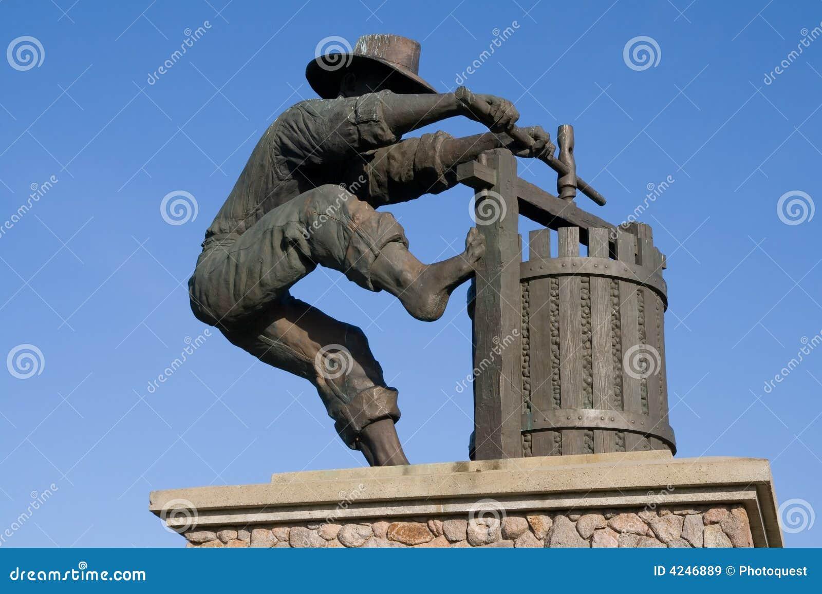 Estátua de um homem que faz o vinho