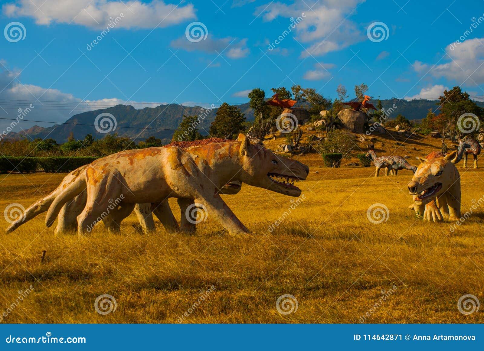 Estátua de um lobo antigo no campo Modelos animais pré-históricos, esculturas no vale do parque nacional em Baconao, Cuba