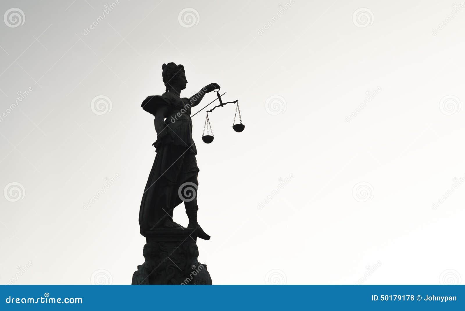 Estátua do contraste alto da senhora Justice