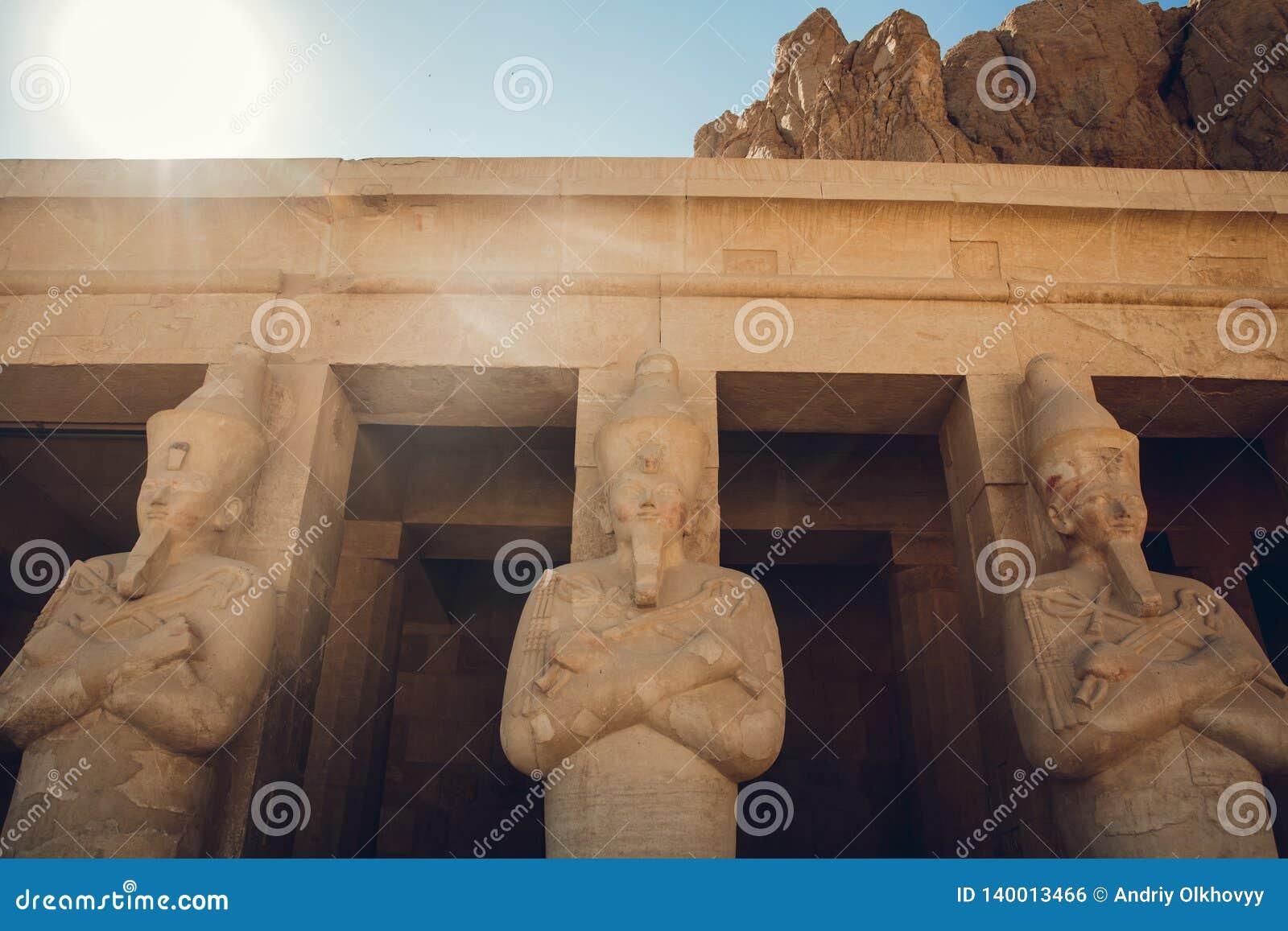 Estátua do grande faraó egípcio em Templo de Luxor, Egito