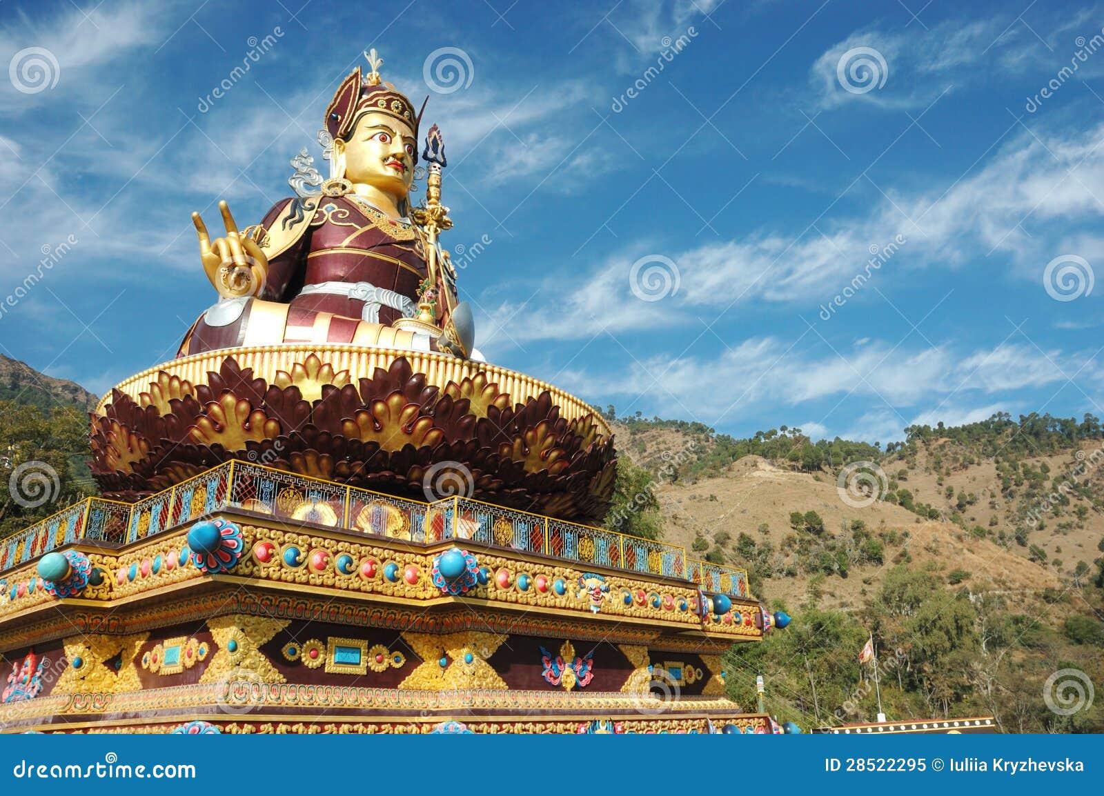 Estátua dourada grande de Padmasambhava ou de Guru Rinpoche, India