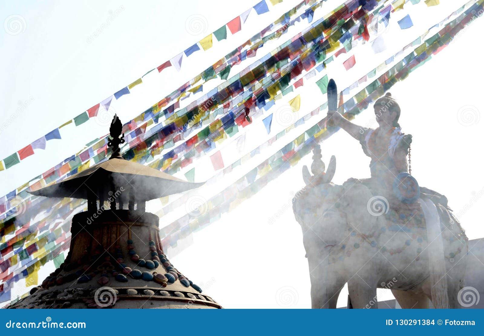 Estátua e bandeiras em Boudhanath Stupa Kathmandu