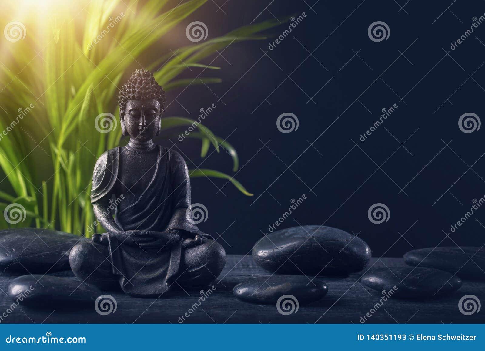 Estátua e pedras de Buddha