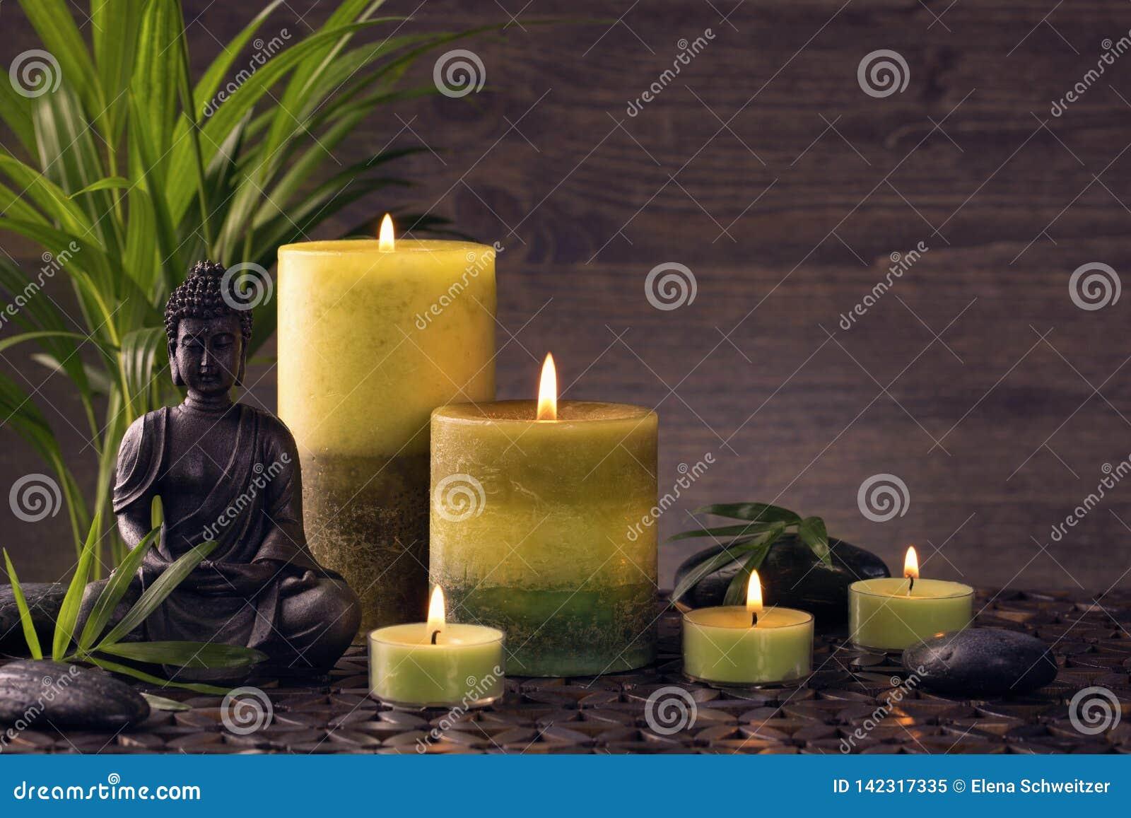 Estátua e velas de Buddha