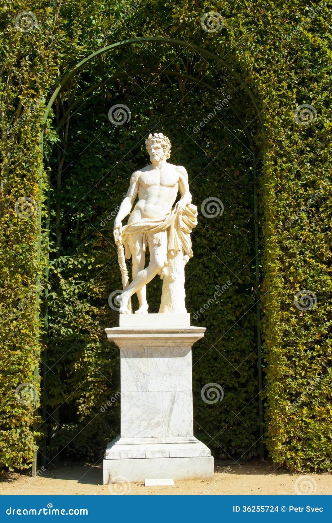 Estátua em um jardim