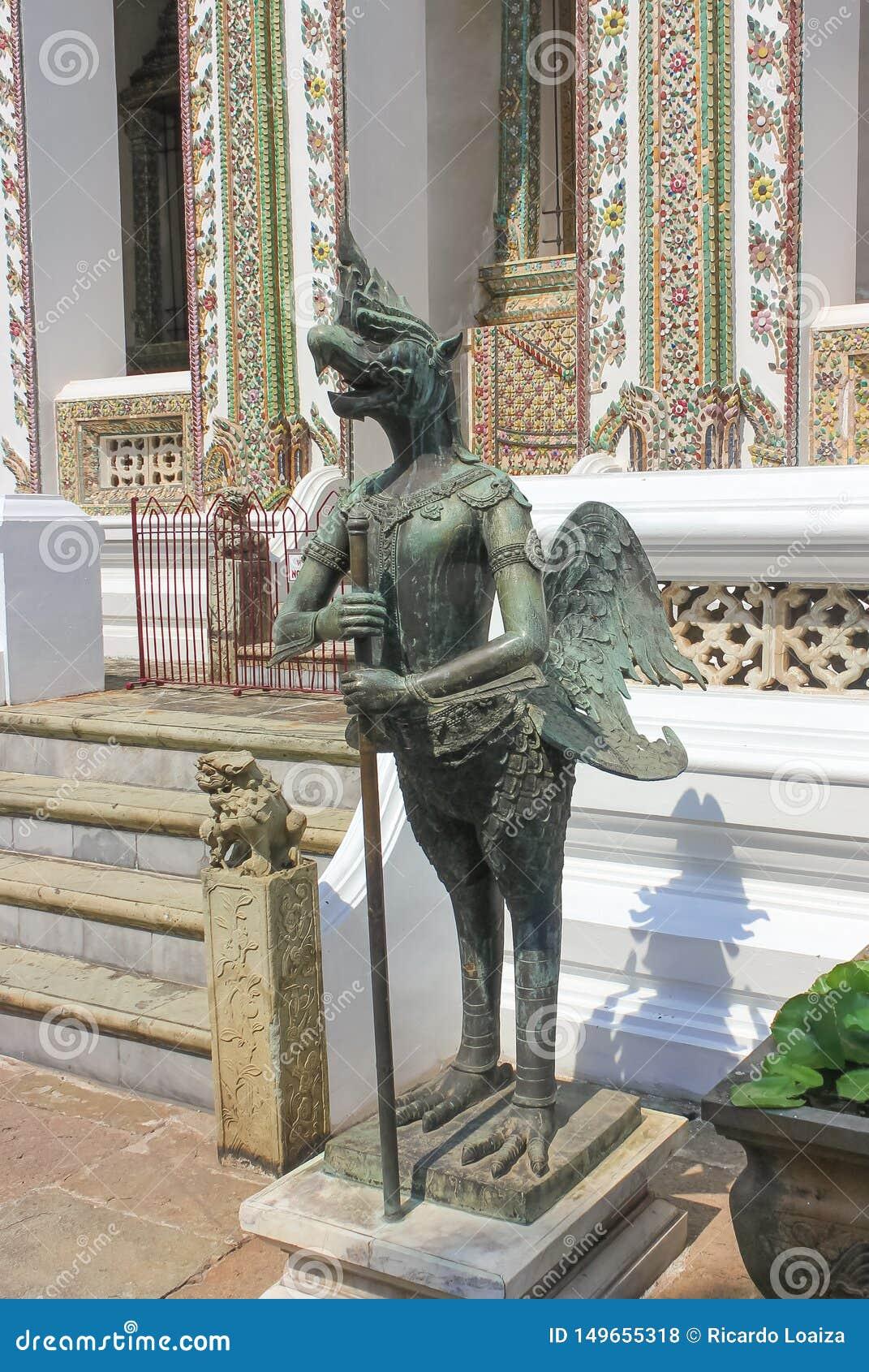Estátua em Wat Phra Kaew, templo de Emerald Buddha em Tailândia