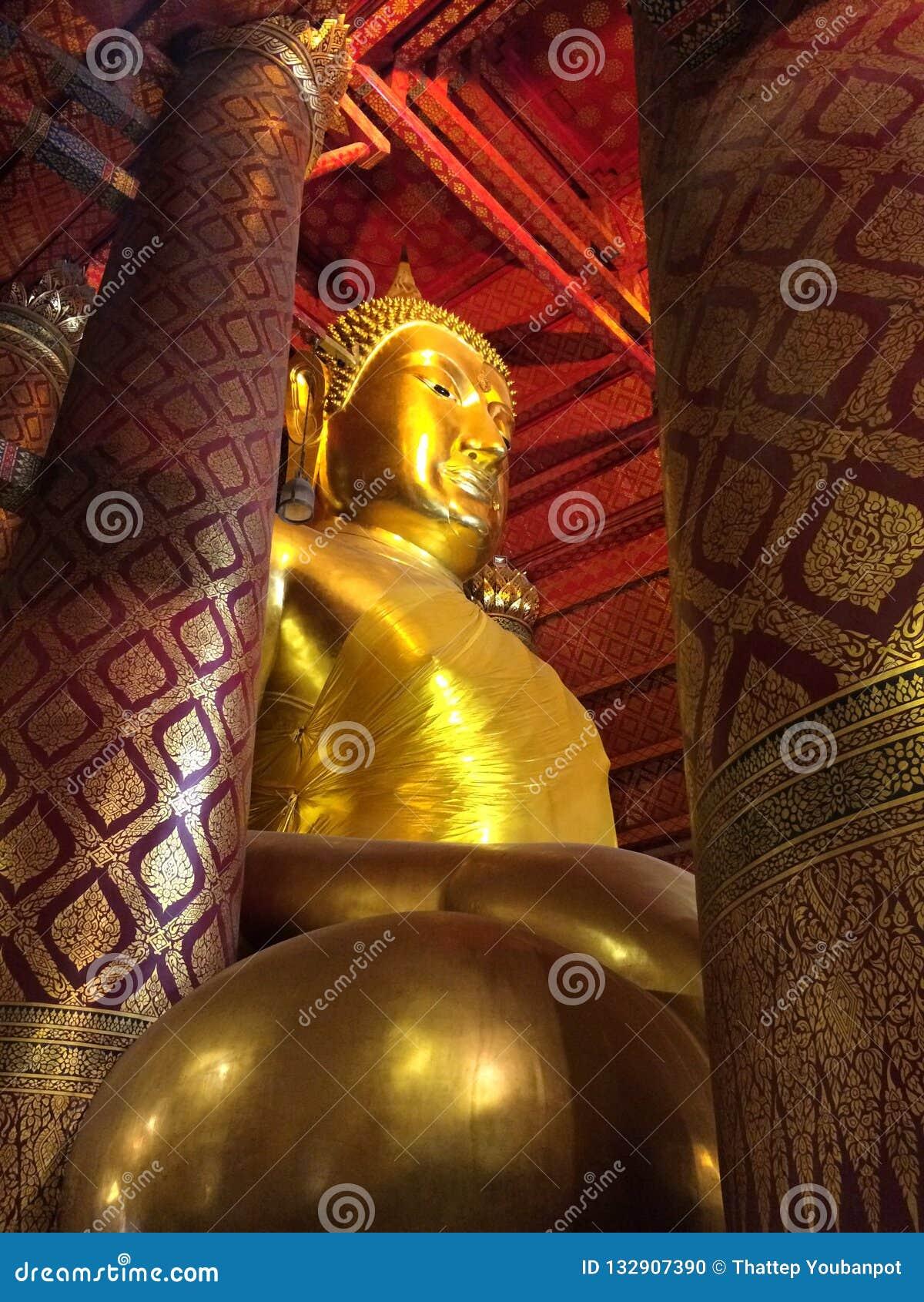 Estátua grande da Buda no templo de Wat Phanan Choeng