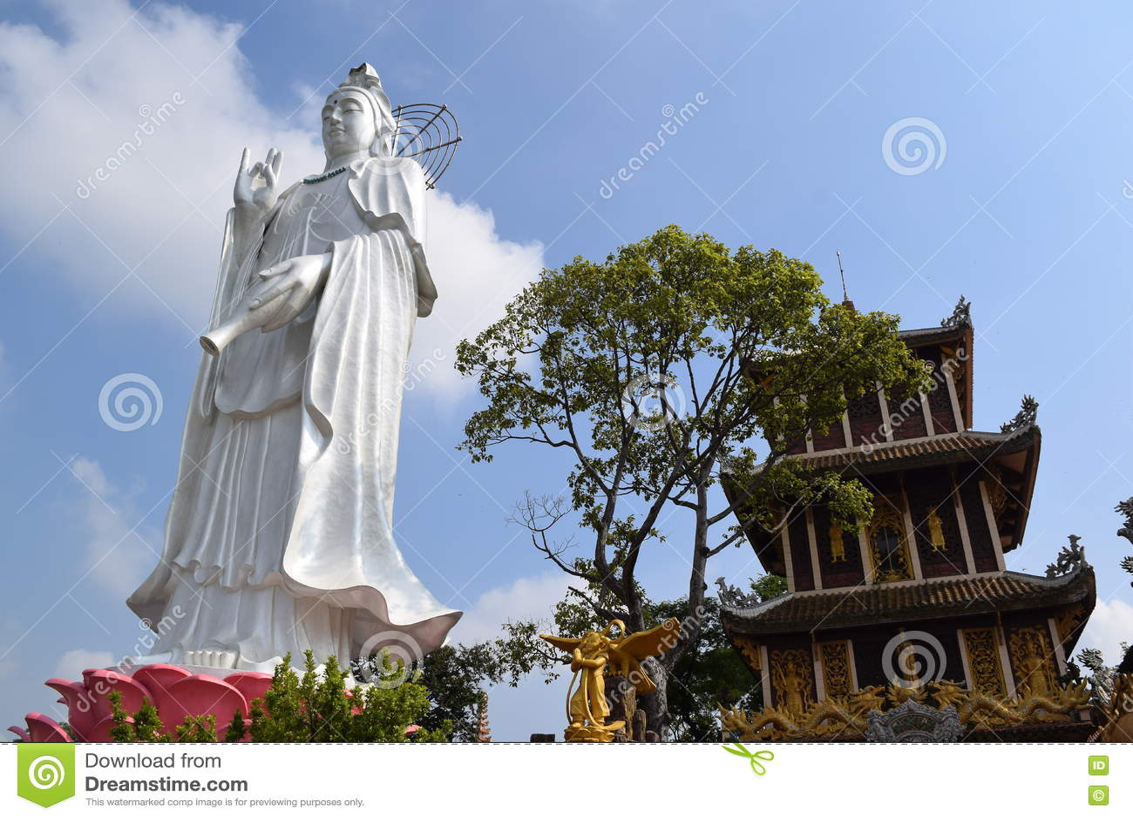 Estátua grande do Bodhisattva no templo budista de Chau Thoi, Binh Duo