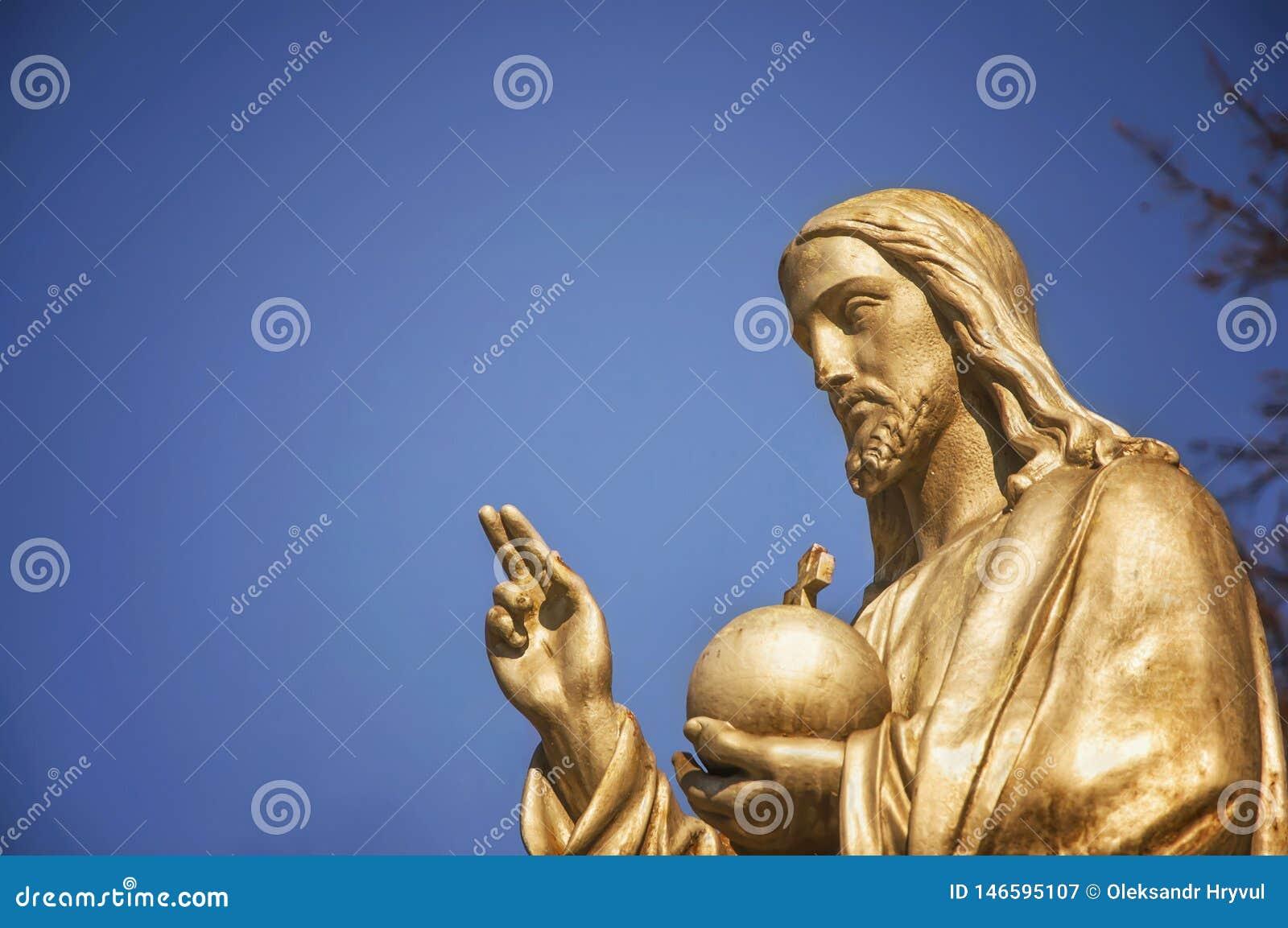 A estátua Jesus Christ He do ouro guarda a esfera com uma cruz como um símbolo do trusteeship da cristandade acima da terra