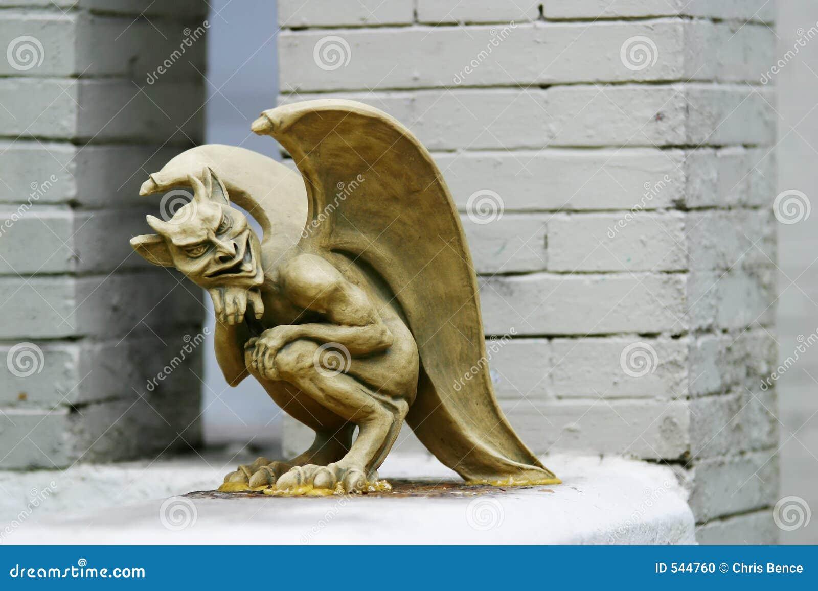 Estátua má