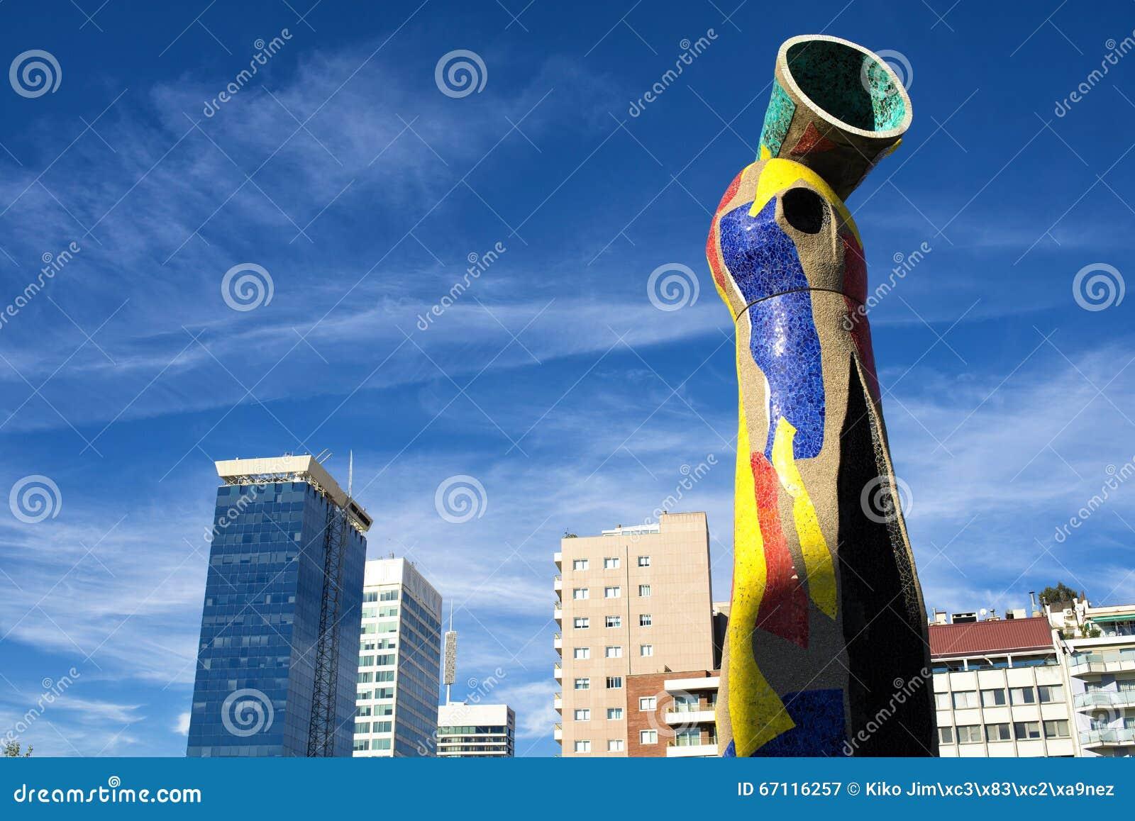 A estátua  mulher e pássaro  em Barcelona